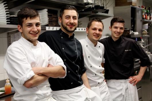 Flavio Fermi (2. v.l.) mit seinem Küchenteam: Gennaro Luongo (Lehrling), Tarik Lange (Garde Manger) und Claudio Spaar (Chef Patisserie).