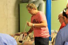 Andy Varonier bei der Fassprobe.