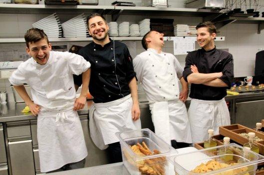 Kann sich über seinen ersten Michelin-Stern freuen: Flavio Fermi (2. v.l.), Küchenchef der Osteria Tre in Bubendorf, mit seinem Küchenteam.