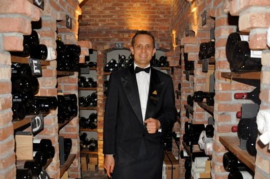 Christoph Kokemoor im Weinkeller des Drei Könige, wo die edlen Tropfen bei klassischer Musik kühl gelagert werden.