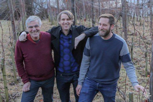 Das Candrian-Trio: Hannes, Martin und Aron Candrian im Resvegl-Rebberg im Osten von Sagogn.